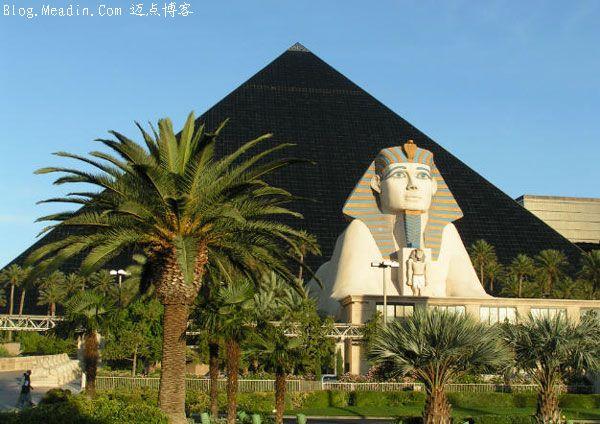 与之鲜明对比的是与金字塔酒店不远的意大利花园主题