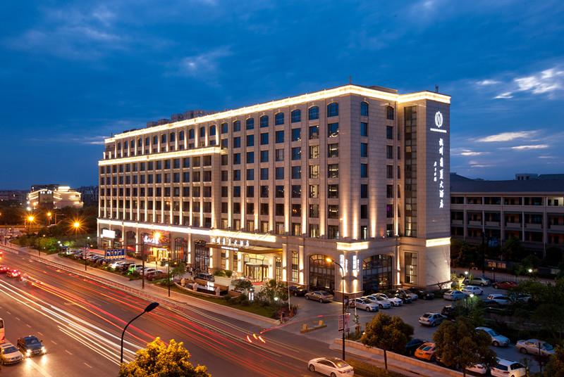 欧式风格的外观,典雅的装饰风格,将整个酒店和谐的融入湿地景致中.