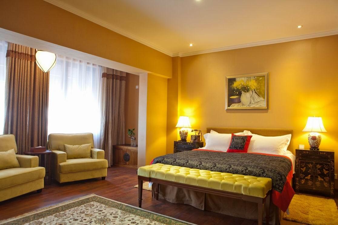红墙花园酒店(Hotel Duxiana Beijing)的布局是典型的四合院式结构,北、西、东三栋宅楼提供40多套景观房,精心设计分为8种房型。红墙花园酒店(Hotel Duxiana Beijing)的每套景观豪宅内,均配备了瑞典DUX品牌的顶级床榻,迪拜七星级帆船酒店所采用的床榻,也正是同样的DUX品牌。空中花园房的卧室和架空的花园苗圃一窗之隔,只需要通过几级台阶,就可以直接从踏入室外花园;在主楼4层的豪华套房,更配备了室外按摩浴池,供宾客在闹市中的隐私空间享受自然之趣;东楼的LOFT跃层套房则采用