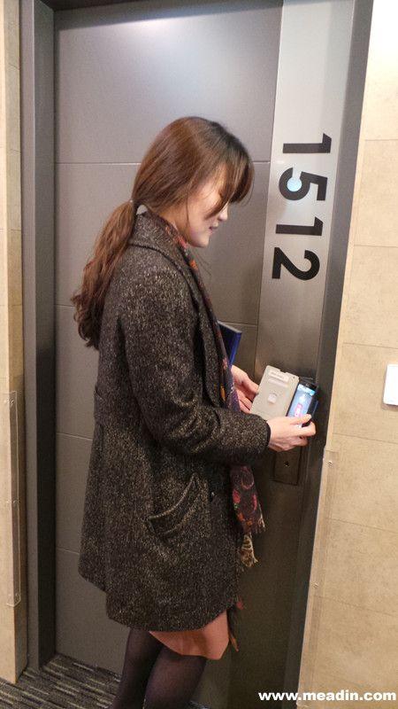 """只靠一部智能手机在酒店里可利用所有客房服务的""""智能客房服务""""在韩国诞生了。LG集团的信息技术供应商LG CNS为在首尔的商务酒店 Skypark Central提供""""智能客房服务""""。使用智能客房的客人登记入住时从酒店领到一部智能手机,用智能手机打开房门,进行室内温度和亮度的调节,开关电视等操作,触摸手机屏幕就能申请清扫等各种便捷服务,且在外出时也可提前调节好室内温度,以便营造更加舒适的环境。  智能客房钥匙"""
