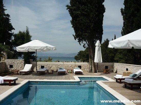 布莱克佩尔拉(Bracka Perla)酒店,位于克罗地亚布莱克岛,是一家苍松环抱且能俯瞰大海的精品酒店。11间客房(有些配有小型厨房)环泳池、休息场一字排开,宽敞的露台掩映在蓊郁花园之中,水边餐厅别具一格。从斯普利特乘轮渡,45分钟便可抵达,绝对是你舒缓心情、消除夏日炎热的不二选择。 费用:双人标准间每晚268英镑(含早餐、税款)。