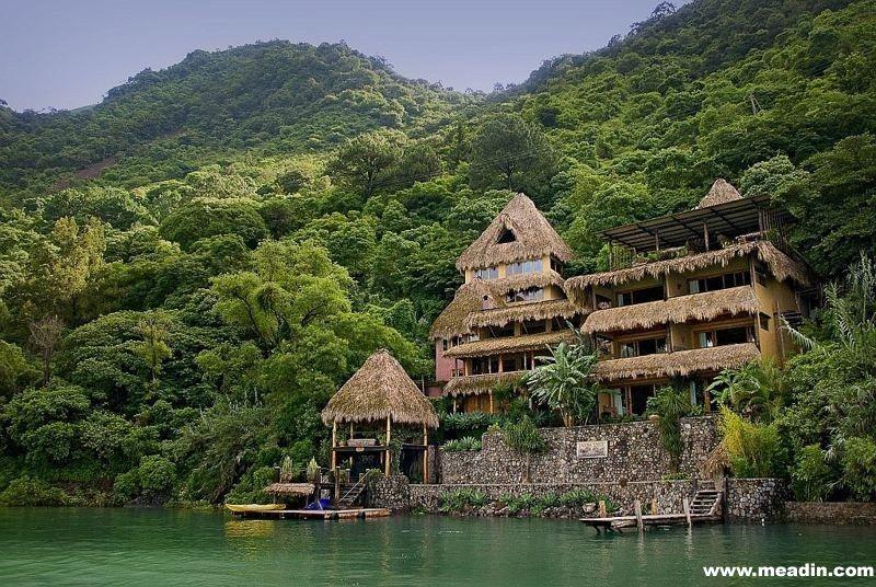 湖畔酒店是一座五星级精品酒店,座落于危地马拉郁郁葱葱的热带丛林。入住这家酒店的宾客可以观赏秀美的阿蒂特兰湖景色。此外,他们还可以踏上冒险之旅,探索附近的3座火山。