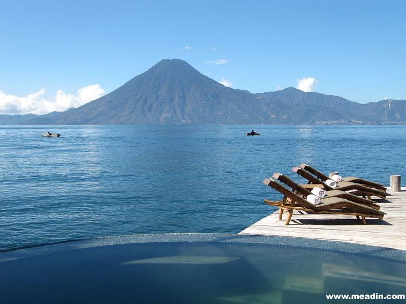 凭借秀丽的阿蒂特兰湖和附近的3座火山,湖畔酒店无疑是富有一族度假休闲的一个理想之选。