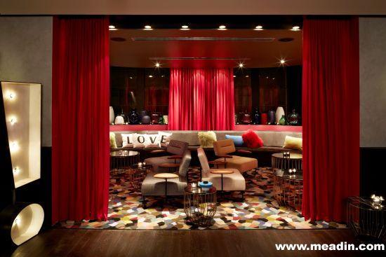 位于二楼的Gilt Lounge设有60个座位,其装潢亦体现设计师Nic Graham的才华,一贯其酒店风格以定製傢俱及多元化的灯光效果,把复古和摩登这两个截然不同的概念配合得天衣无缝,既能紧扣酒店的历史背景,并注入时代感。沉醉於柔柔音乐当中,客人从窗户饱览市内璀璨迷人的夜景,感受悉尼动感活力的容貌。