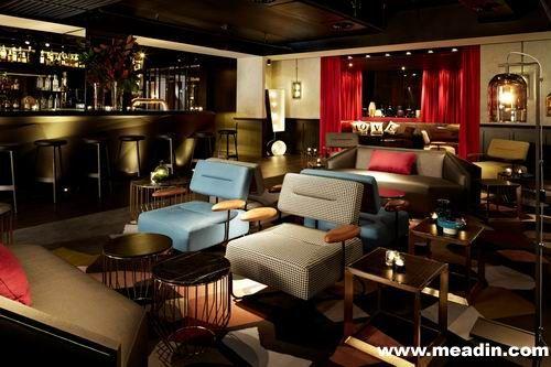 QT Sydney保留了原有的哥德式外墙、怪兽石雕像、原木地板和旧式橱窗,让其经典传统延续下去。室内的设计却大相径庭,用上黑白、克莱因蓝、洋红和大黄等鲜艳色彩,配上不同格调的定製家具、几何图案装饰及LED灯光效果,使置身其中的客人感到穿越时空之妙。酒店共有200间客房,12种不同的风格为客人带来陈出不穷的住宿体验。由设计师Shelley Indyk操刀,不同的艺术摆设散落于客房多个角落,包括门后的动物头像衣勾、陈列着色彩艳丽的香水琥珀组合柜,营造出柔和的空间感。每间房间除备淋浴间外、特大浴缸供及宽敞的QTGEL大床,让客人享受一个恬静的睡眠。