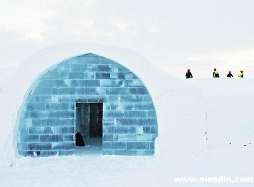 """""""冰屋""""其实是瑞典的一家酒店,用雪和冰块建造而成,每年都会重建,而今年已经是第二十三次""""冰屋""""重建。第一座冰屋其实上是一个用来进行艺术展览的小屋。当时有旅游者询问他们是否可以在小屋里过夜,于是就有了冰酒店的创意。"""