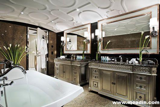 内部装潢设计融合了老上海,凡尔赛,以及范思哲三种领域概念。即使对总统与国王来说,一天的疲惫不堪。那源源不断的红色地毯,贵宾舞会外加法国矿泉水也不能跟总统套房的一晚相提并论。占地192平方米全新完成的总统套房,将科幻般的上海景观与红顶的法国租界尽收眼底,巨大无比的客厅一望无际。而家具独特的陈列摆设可以让任何一个唯美主义者垂帘三尺。