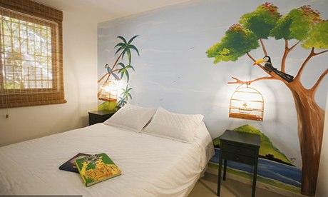 奥兹特尔旅馆 博塔福戈。当地涂鸦艺术家用自己的艺术作品为奥兹特尔旅馆混凝土的白墙增色不少;而回收的陈设品、颜色鲜艳的墙砖和现代家具营造出了一个时尚而又轻松的氛围;种类丰富的早餐吧以及晚上的鸡尾酒酒吧,在阵阵怡人的音乐声中,为客人们供应各种饮料和点心。虽然地处繁忙路段,但这家旅店背离入口的设计有效地降低了道路传来的噪声。旅社提供的宿舍有6至14人间,外加六间独特设计的套房。旅馆工作人员可为旅客们安排各种行程,如参观多纳玛尔塔贫民区、桑巴舞学校、观看足球赛,还有在荷西亚体验巴西人的刺激之夜。其地理位置优越,离酒吧和餐馆很近;搭乘15至20分钟左右的公共汽车,即可到达伊帕内玛、科帕卡巴纳海滩或市中心的其他地方。双人间78英镑(人民币约762元)起;含早餐的床位10英镑(人民币约97元)起;禁止儿童入住。
