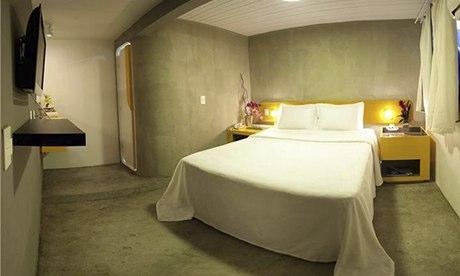 """泽布拉青年旅舍 雷布隆。这家精品旅馆位于里约最高档的街区中心,距离雷布隆海滩(伊帕内玛海滩的外延)只有一个街区,四周遍及高档餐厅和酒吧。您有许许多多的活动选择,从攀岩、看场足球赛到参加疯狂派对。时尚的酒吧和供应早餐的休息区,使得这个地方充满年轻与活力。其住房种类多样,除了配有双人床、单独卫浴的小套房,还有配备""""胶囊式""""床铺且可容纳九人的色彩斑斓的房间 ,分女生专用和男女混住两种,均有空调。早餐、无线网络和私人储物柜均已包括在每天的房费内。同时,旅馆会提供滑板、沙滩伞、球拍和球等,让您去感受当地人的生活方式。双人套房80英镑(人民币约781元)起;含早餐的床位23英镑(人民币约224元)。"""