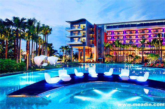 圣淘沙湾W酒店(新加坡) 这儿,即使游泳池更衣室也别具一格,iPods,iPads和除雨除雾气挡风玻璃系统(rain-mist systems),应有尽有。此外,泳池本身也设有水声系统,且四周配备有震动按摩椅,舒适度无可比拟。