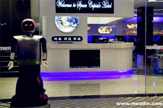 鹏恒太空舱酒店(中国 深圳) 厌倦了脾气暴躁招待不周的服务员?那就前往深圳市鹏恒太空舱酒店吧!这家近期新开业的酒店以时尚、科技和环保为主题,且由机器人为您全程服务。由于机器人的维护较为低廉且无人工服务,所以12美元(约合人民币72.60元)便可夜宿一晚哦。