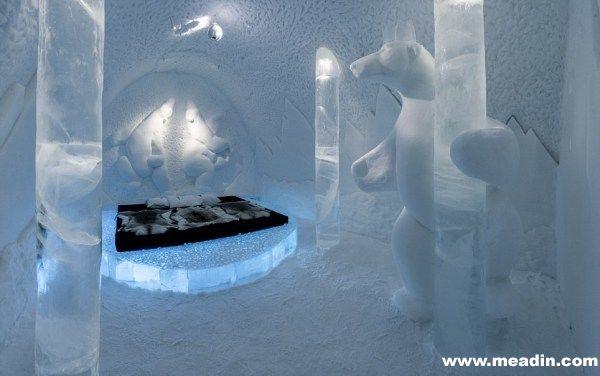 """据韩国《亚洲经济》报道,瑞典有一家""""冰雪酒店"""",套间的价格约合人民币130万元。虽然酒店的住宿费令人咂舌,但是在看到酒店内部设计时,又会有一种物超所值得的感受,因为这些套间可以按照入住者的喜好,进行重新铸造。"""