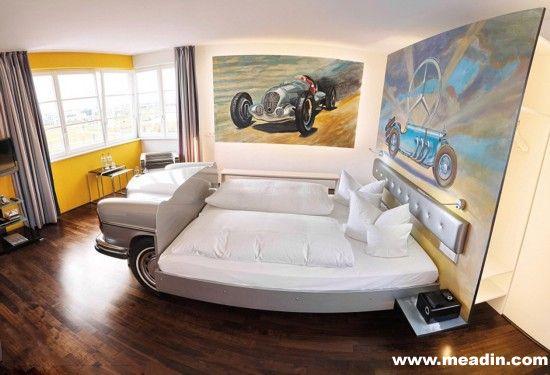 V8汽车主题酒店是德国四星级的现代化酒店,坐落在斯图加特(Stuttgart)的汽车博物馆中。酒店里设有各种套房及客房,每间房都被设计成不同的主题。从大堂到餐厅,汽车主题无处不在,让人感觉仿佛置身于汽车的天堂。无论是古典的老爷车,还是现代的跑车,它们都以各种巧妙的设计与酒店融为一体,其中有些元素甚至就是由实际车款打造的。房间主题包括上世纪70年代的凯迪拉克影院、奔驰洗车房以及莫里斯车库等等。这里绝对是汽车爱好者的胜地。