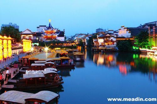 中山陵位于南京市东郊钟山风景名胜区内,东毗灵谷寺,西邻明孝陵,整个