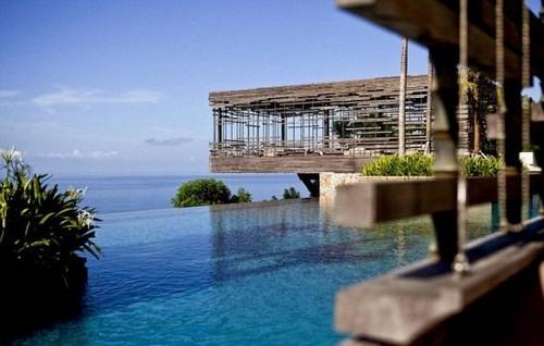 villas uluwatu)中的泳池,酒店位于百米高的悬崖上,俯视印度洋,游泳池