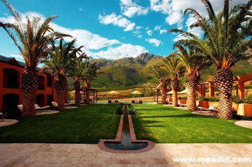 在读者评选中以99.2的高分位居榜首的La Residence ,一处位于南非美食红酒中心地带 Franschhoek 的华丽公寓,从开普敦开车约需一小时。