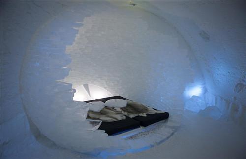 """瑞典的冰雪酒店(Icehotel)已经迎来第25个年头,如今正在紧锣密鼓地准备进行最近的一次大规模重建。每一年全世界都会有成百上千名艺术家申请为酒店设计一个房间,称之为""""艺术系列""""(art suite)。评审团会选择一大批艺术家在11月和12月时赶赴瑞典,将他们的设计图变成现实。今年的艺术家已经被选拔出来,房间的主题包括热带雨林,时光碎片等。每一个房间都会一个冰砖做的床,上面铺着厚厚的床垫和鹿皮,还有一个超级睡袋来帮助房客抵御零下7度的寒冷。2014年至2015年度的冰雪酒店开门时间是从今年12月到明年3月。明年4月的时候,酒店就会开始融化。"""