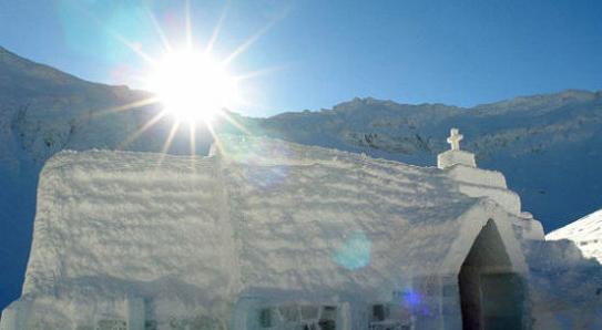 罗马尼亚Balea湖的冰酒店  这个冰酒店位于高山上,可能是最偏远的酒店了,只能通过缆车才能到达。每年只会建14个房间,每个房间都有一个音乐主题,教堂建造的非常有特色。房间价格为每晚每人150美元,包括早餐和一个英文翻译。最近的机场就是锡比乌机场,需要1小时车程。