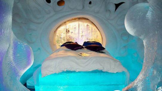 荷兰兹沃勒冰酒店  今年首建的兹沃勒冰酒店是兹沃勒冰雕艺术节的一部分。人们可以选择睡在冰洞里、美人鱼房或贝壳主题房,都是冰制的。还有加热的睡袋和羽绒被,在温暖的客厅还有咖啡壶。房间价格为每晚每人126美元,包括早餐。最近的机场就是阿姆斯特丹史基浦机场。