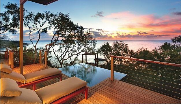 """【Lizard Island 开业时间:2015年3月1日】澳大利亚的大堡礁在2014年4月遭受热带气旋""""伊塔""""侵袭,岛上的一切在近乎一年后才恢复原貌。位于大堡礁的Lizard Island酒店从明年3月开始营业,新增独立双卧室套房,带有泳池,珊瑚海的景色以及面对大海的全景平台。室内主色调为褐色,鲜艳的珊瑚色、蓝色和金色加以装饰。供应酒和奶酪的房间已被扩建,岛上的温泉室也增加专用美甲修脚房。除此之外,潜水和浮潜活动依旧不变,届时你会看到很多神奇的海洋生物。"""
