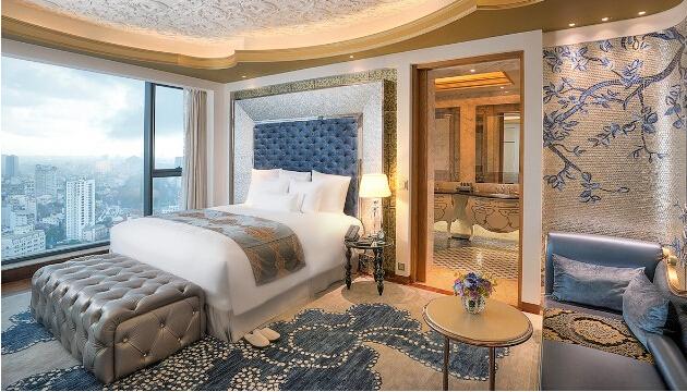 【The Reverie Saigon 开业时间:2015年1月】The Reverie Saigon酒店位于越南胡志明市的时代广场。四位意大利优秀的室内设计师精心设计286间客房和套房,里面装有精致的吊灯,镶有宝石的床和天鹅绒窗帘,极尽奢华之风。除此之外,米其林星级厨师的广东菜,罗密欧&朱丽叶(R&J)餐厅中传统的意大利菜以及各种熟食满足你的味觉。据说这里还有和一整条街一样长的胡志明市最长的吧台。来到这里,你可以乘坐酒店的劳斯莱斯,也可以选择乘坐直升机停靠在酒店停机坪。