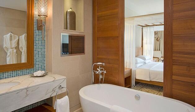【Park Hyatt Zanzibar 开业时间:2015年3月】Park Hyatt Zanzibar酒店位于坦桑尼亚。这里67间房将世界文化遗产石头城,独特的香料交易历史完美融合在设计之中。两栋酒店中一栋采用17世纪桑给巴尔风格,包括一个充满雕饰的庭院。海滨房间和海滨泳池可以看到单桅帆船港和印度洋。另外,游客们还可以体验温泉服务。特别的是,餐厅仿照当地传统家庭,允许游客在不同的地方享用美食。