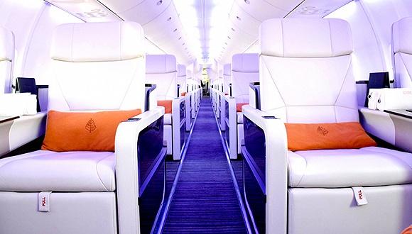 飞机机身印有四季酒店英文字样,机尾印有品牌标志,黑色金属质感的外型十分吸引人。机舱内有233个普通座椅和52个由意大利工匠Iacobucci HF Aerospace设计的白色真皮平躺式座椅。