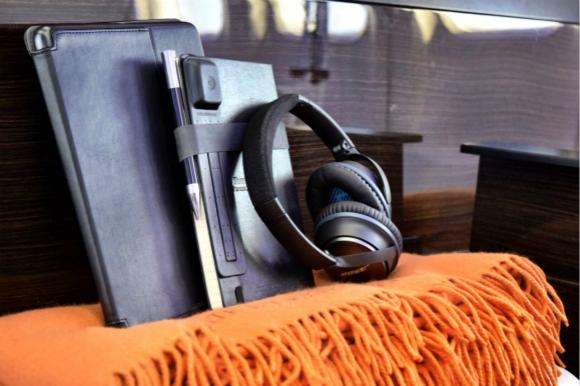当乘客落座时,会发现在座位上配置了宝格丽(Bvlgari)梳化套装、橙色的蒙古羊绒毯子、Bose噪音消除耳机和一个定制的皮革旅行杂志以及匹配的圆珠笔,乘客们可以拿起iPad Air 2下载音乐电影。