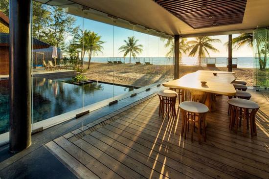Iniala Beach House @泰国 在泰国普吉岛的北方,Iniala 海滨别墅酒店就坐落在 Natai 海滩上。由三栋奢华别墅组成,每栋只有三间卧室,加上一套顶楼别墅、大片私人海滩区域——意味着不管你是独自、情侣档还是拖家带口的家庭旅行,都能享受到世外桃源的清静。