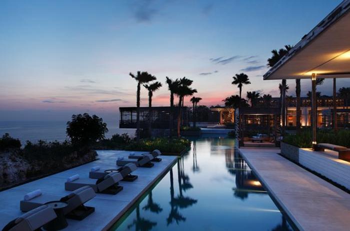 WOHA设计的Alila Villas Uluwatu耸立在100公尺的悬崖上,被列为《Conde Nast Traveler》最佳酒店之一。拥有视野壮阔、景色浪漫的悬崖海景,可以让住客静心地坐在露台上,欣赏醉人的日落美景。在这里可让人远离烦嚣,细意品味宁静的生活。整体面积达13.5公顷,由屡获殊荣的新加坡WOHA建筑事务所负责,无论在外型上或内部设计上,都是经过细心安排的,成为独立雅致的别墅。