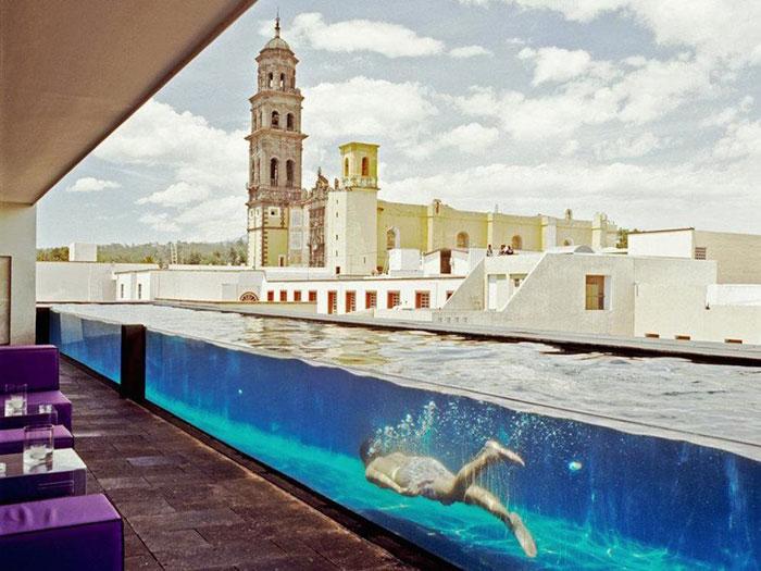 1、位于墨西哥普埃布拉州的拉普雷菲卡多拉(La Purificadora)曾经是一座净水厂。这里的游泳池侧面由玻璃制作,不仅穿过了酒店餐厅,而且还可以俯瞰市中心,后者被联合国教科文组织(UNESCO)列为世界遗产。