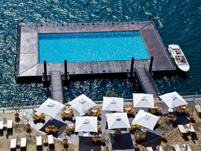 2、意大利特雷麦齐那市特雷麦梭大酒店(Grand Hotel Tremezzo)拥有一座位于科莫湖之中的漂流泳池,给游客仿佛在科莫湖中遨游的错觉。