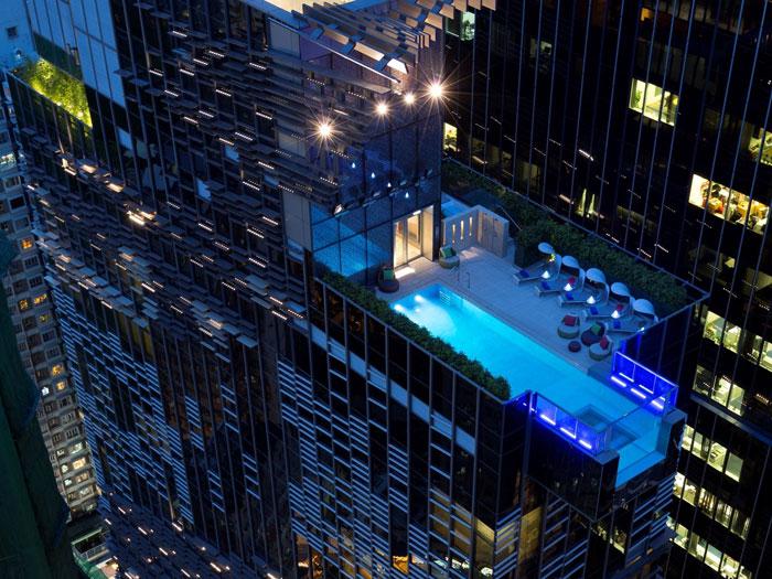 3、要想欣赏香港的天际线,最好的方式莫过于在英迪格酒店(Hotel Indigo)的玻璃底无边际泳池里游上一圈。你可以看到 29 层楼以下逛街的行人,前提是你不恐高。