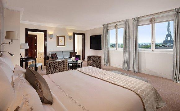 """酒店坐落于蒙田大道,拥有令人印象深刻的""""巴黎风格""""室内装潢,这家豪华酒店提供的套房可一览埃菲尔铁塔壮丽景色。世界著名的米其林星级主厨艾伦杜卡斯监管酒店的四家餐厅。"""