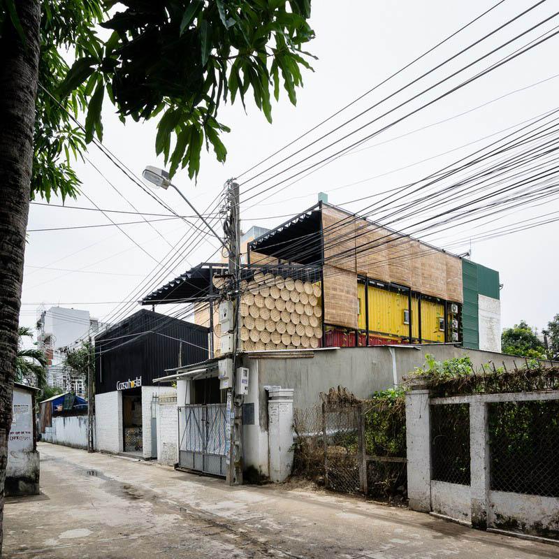 这是靠近越南著名旅游目的地芽庄( Nha Trang)的一座专门为背包客打造的酒店,也是越南第一座集装箱酒店。