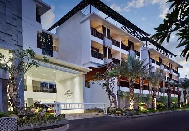 1、巴厘岛水明漾万怡度假酒店 万豪旗下在大kuta区开设的第二家万怡酒店,酒店位置更私密,离海滩也更近,客房装饰的风格很有当地特色,整个酒店也以稻田文化作为基调来贯穿。基础客房面积不算大,但套房很舒适,泳池也颇有特色,性价比很高。