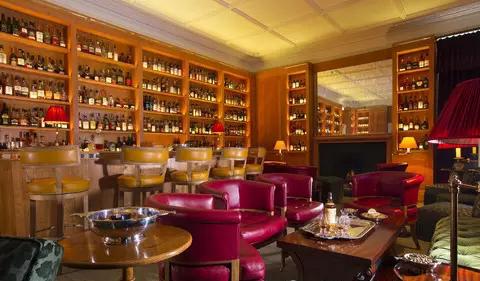 """1、雷克盖拉西旅店,地址:(Victoria St, Speyside AB38 9SR)    雷克盖拉西旅店(The Craigellachie Hotel )是苏格兰最为出名的一家旅店。它最初建造于1800年,因为离附近酒厂和钓鱼水域颇近而广受欢迎。酒店附近,新晋重建的Quaich Bar是必去酒吧之一,在这里,每一个服务人员都是威士忌的行家,酒吧内超过700种不同种类的威士忌库存也会让你震惊不已。如果你喜欢品尝美食,同时又是个爱酒人儿,一定得去酒店自营的铜狗餐厅(Copper Dog restaurant)去瞧瞧。没错,""""铜狗""""(Cooper Dog)就是能让调和人员把威士忌从木桶里""""偷出来""""尝味道的那个小工具。餐厅里供应的所有食物原料都产自旅店周围40英里的区域,这些原料经本地供应商亲手挑选,而料理它们的大厨也颇负盛名。在这里,你可以尝到顶尖的苏格兰威士忌料理,还能精心挑选一杯好酒,享受人生。酒店的有26个豪华房间可供选择,唯一美中不足的地方是禁止宠物进入。"""