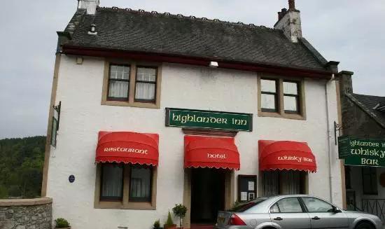 """2、高地人小馆,地址:Craigellachie, Speyside, Banffshire, AB38 9SR    如果要给高地人小馆(The Highlander Inn )来一张侧写:进入威士忌宇宙的史诗级大门。这家旅馆与其说是酒吧旅店,不如说是一个威士忌专业机构。旅店老板Tatsuya Minagawa在威士忌产业里绝对算得上""""标志性人物""""。此外,旅店本身的威士忌收藏也十分惊人——400种不同种类的威士忌,包括大量的单桶威士忌(绝对值得你去看看)。"""