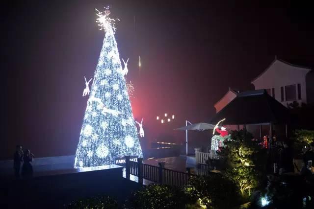 1、宁波柏悦酒店 酒店特邀唱诗班小朋友们吟诵美妙的圣诞歌,主持人带着现场宾客一起寻找圣诞老人。圣诞老人在空中出现,伴随着悠扬婉转的颂歌和现场所有宾客兴奋的倒数声,圣诞老人朝圣诞树射出了象征美好的一箭,彩灯随之被点亮。彩灯及圣诞饰物让整棵树熠熠生辉,温馨与欢愉的圣诞季自此开启。