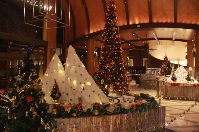 2、三亚亚龙湾瑞吉度假酒店 圣诞树构思:圣诞村庄 Christmas Village,白雪皑皑的阿尔卑斯山脚下,一列穿行而过的小火车,串起我们童年的所有动画人物,有哆啦A梦、冰雪奇缘等等,伴随着圣诞的钟声向我们缓缓走来。