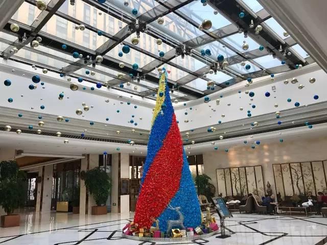 """3、廊坊固安福朋喜来登酒店 酒店今年用2000个""""福朋特色风车""""拼成的高9m的圣诞树,福朋4原色代表着我们""""诚信、简约、舒适""""的待客理念。"""