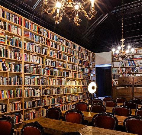 """在葡萄牙拥有700年历史的中世纪古镇奥比都斯(óbidos),有一家""""奥比都斯文人酒店""""(Literary Man óbidos Hotel)。该酒店于2015年10月开张,共有30间客房,打造的是图书馆风格,藏书量巨大。"""