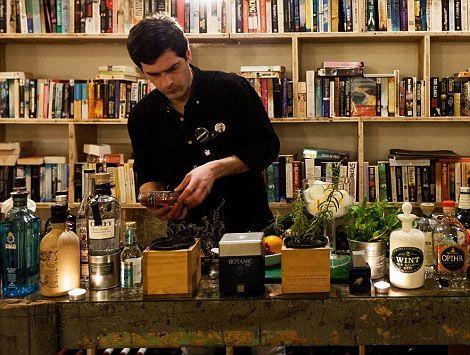客人们除了可以享受文学氛围,还能到酒店的吧台、沙龙或是餐厅休闲聊天。休闲空间里有舒适的皮制桌椅,供应的鸡尾酒还都以标志性的文学人物命名。