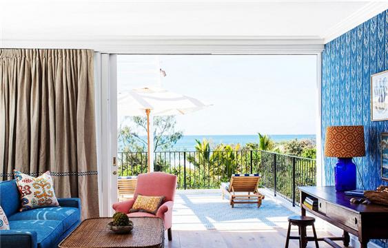 """近日,史密斯夫妇精品酒店指南评选出全球最精致的11家酒店,位于澳大利亚卡巴雷塔海滩的""""宁静小屋""""票数高达2.5万,荣登榜首。被提名的酒店无论是位于泰国雨林中,还是伦敦市中心,或者梦幻的科莫湖边,无疑都是世界级的精品酒店。每个酒店都有不同的特色,比如位于澳大利亚浪漫海滩的""""宁静小屋"""",位于日本的优质温泉酒店等。澳大利亚宁静小屋虽然2016年才创立,却凭借其中的昆士兰厨师本?德夫林的吸引力获得高票数。史密斯夫妇精品酒店指南的创立者詹姆斯?罗涵表示,澳大利亚精品小屋获得榜首的确是实至名归,它漂亮的外观和实实在在的人气注定它成为第一。"""