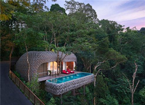 泰国雨林精品别墅被称为是最性感的酒店,每间别墅里面都有独立卫浴、户外木桶温泉和私人泳池,客人们除了感受雨林,还能远眺群山和阿曼达海。
