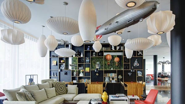 3、citizenM巴黎戴高乐机场酒店 这家citizenM酒店距离机场的3号航站楼仅有3分钟步行路程,提供24小时前台,客厅风格的大堂拥有现代艺术收藏品。酒店所有客房均提供1张特大号床、强力花洒淋浴以及MoodPad平板电脑控制面板。客人可以使用平板电脑控制客房的灯光、音乐、电视和其他电子设备。酒店提供免费WiFi和在电视上播放的免费电影。住进citizenM,你可以享受24小时美食和饮品服务,包括咖啡师冲泡的咖啡和新鲜调制的鸡尾酒。对于要赶飞机的客人,酒店设有一个2分钟内办理入住和退房的自助服务亭,相当便捷。