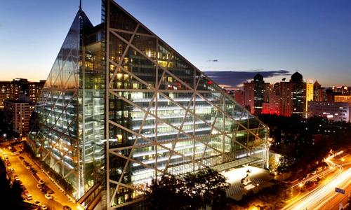 1.  北京怡亨酒店 — 位于北京中心商业区域,坐落于侨福芳草地的绿色智能建筑中。北京怡亨酒店将当代奢华艺术与当代艺术的奢华完美融合,呈现博物馆级别的艺术收藏。同时也是具有超凡格调的社交场所。在TripAdvisor(猫途鹰)预订均价约每晚1512元起。