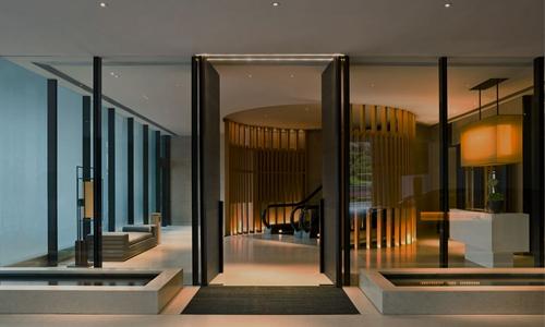 3.  奕居  — 位于香港,由建筑师 Andre Fu(傅厚民)设计。奕居富有时代气息,环境恬静和谐,是繁华闹市中一处宁谧的空间。英文名The Upper House意指宾客步行至太古广场,从繁嚣闹市登上宁静的空间。在现代迷人的奢华中俯瞰香港充满活力的街头巷尾。在TripAdvisor(猫途鹰)预订均价约4341元/晚。
