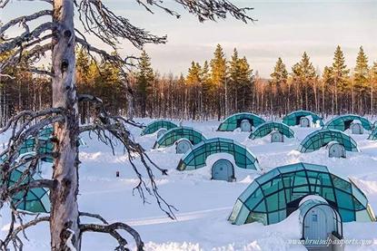 NO. 1| 卡克斯劳特恩度假村  Kakslauttanen Arctic Resort  蓝色的暮光,绵延万里的白雪,一望无际的森林,这就是拉普兰的冬天。一月,当冬眠已久的太阳渐渐露面,白昼也随之变长。还有什么比在晶莹的大地上滑雪或乘着雪橇在冬日明亮的阳光下徜徉更愉悦的呢?极光在你头顶温柔地掠过,你拥着爱人在温暖的玻璃屋里欣赏她摇曳的身姿。这样的感受只有在卡克斯劳特恩度假村的玻璃屋才能享受到。