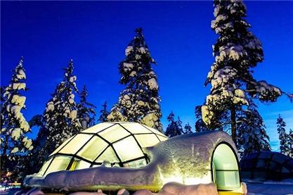 这个度假村的玻璃屋如同一颗颗璀璨的钻石,晶莹地镶嵌在白雪皑皑的大地上。你可以舒服地躺在床上仰望绚烂的星空,彼时彼刻,时间与空间对于你们而言已经没有丝毫意义了。